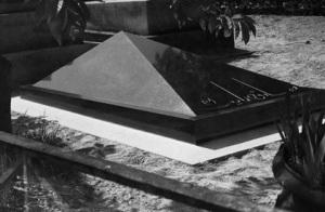 şimdiki mezar taşı